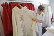 Délia Martinez, responsable des couturières bénévoles de l'atelier de couture des Sanctuaires de Lourdes, montre des chasubles brodés à la main, le 27 août 2008 à Lourdes (© AFP - Eric Cabanis)